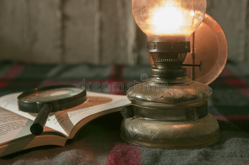 Lámpara y libro imagenes de archivo