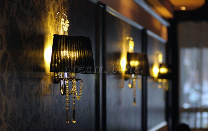Lámpara y papel pintado de lujo imagen de archivo