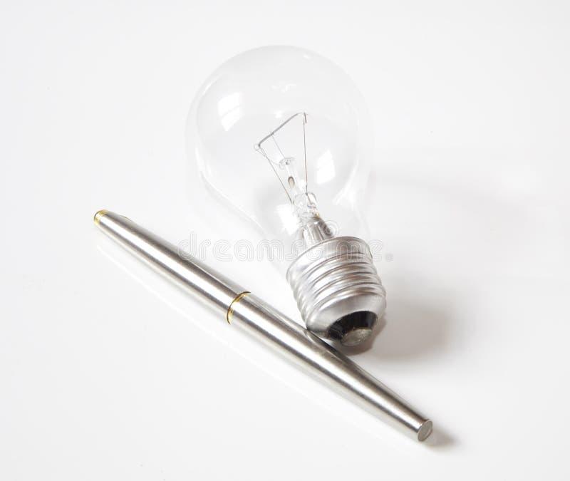 Lámpara y pluma imagenes de archivo