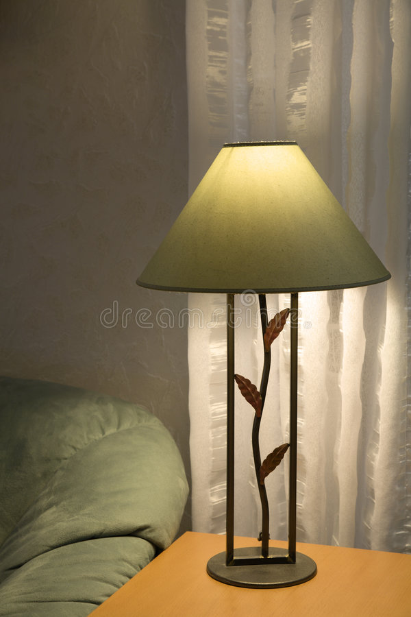 Lámpara y sofá /1 fotos de archivo