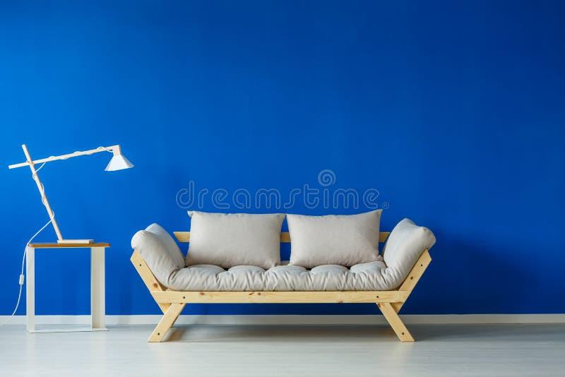 Lámpara y sofá modernos imagen de archivo libre de regalías