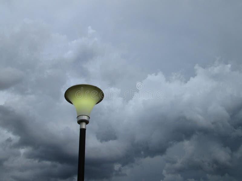 Lámpara y tormenta foto de archivo