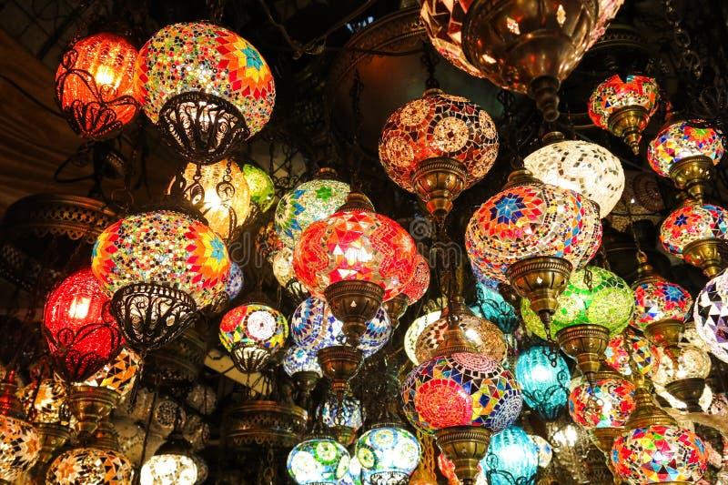 Lámparas cristalinas para la venta en el bazar magnífico en Estambul fotos de archivo