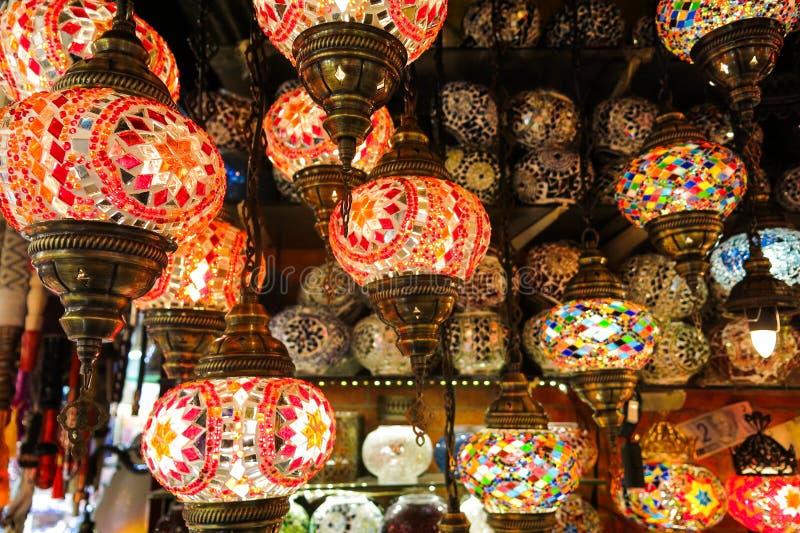 Lámparas cristalinas para la venta en el bazar magnífico en Estambul imagen de archivo