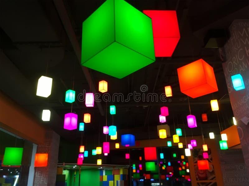 Lámparas cubo-formadas multicoloras en un café fotos de archivo