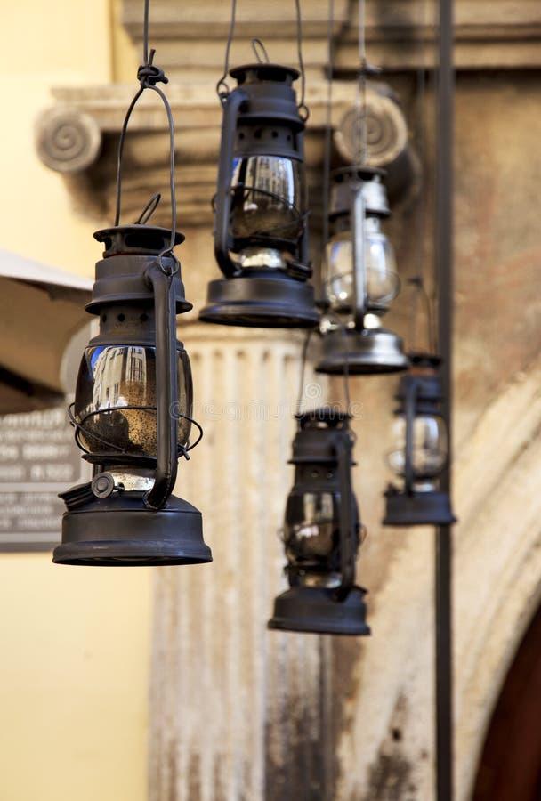 Lámparas de aceite en una entrada Arquitectura y detalles de Lviv fotos de archivo