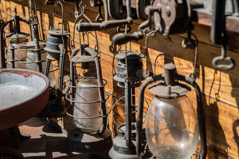 Lámparas de aceite viejas usadas en hogares Accesorios para iluminar t imagen de archivo libre de regalías