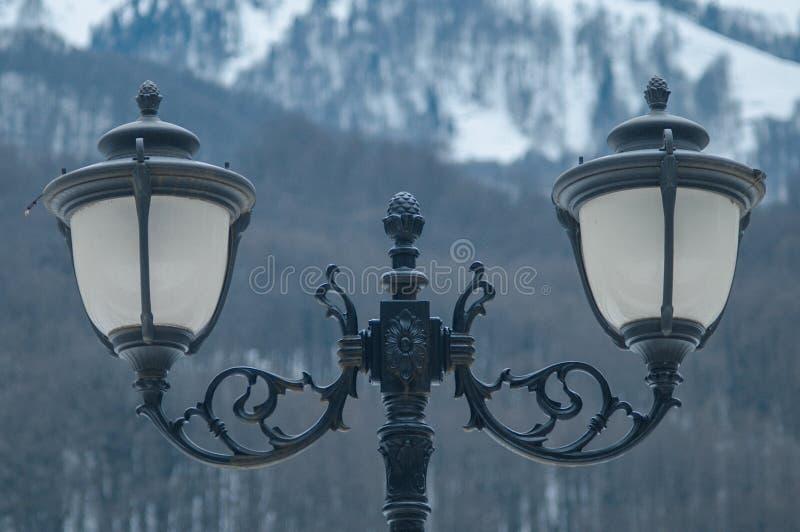 Lámparas de calle en el fondo de montañas imagenes de archivo