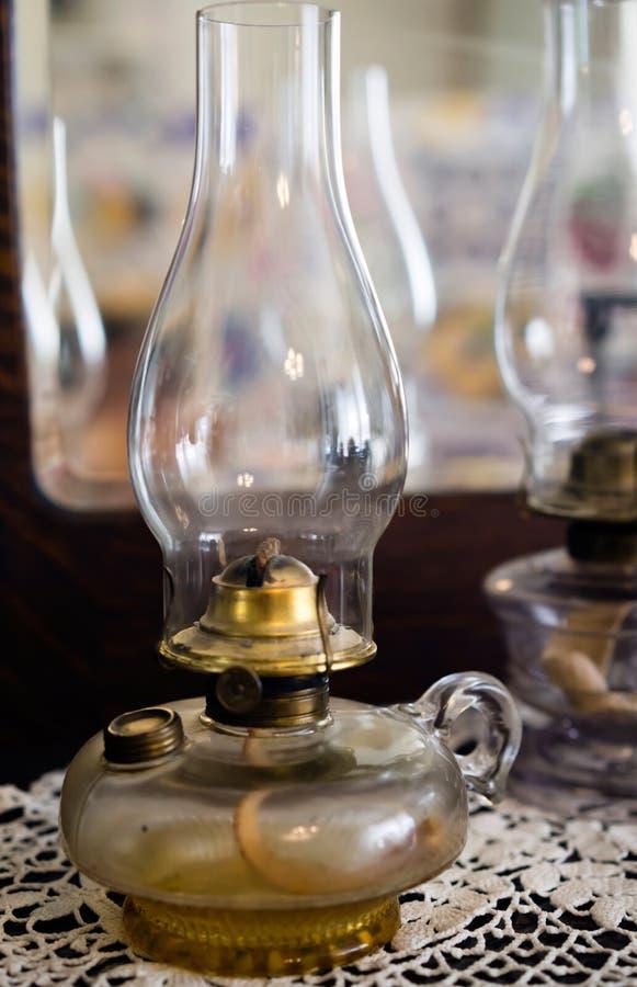 Lámparas de keroseno antiguas viejas con los bulbos de cristal para la iluminación de la casa fotografía de archivo