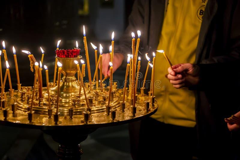 Lámparas de oro de la iglesia fotos de archivo