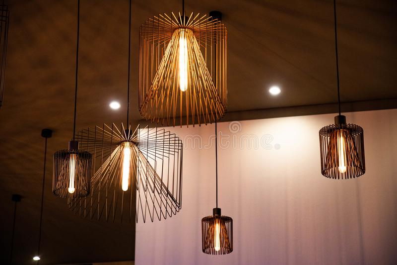 Lámparas del alambre de cobre con el contexto de la pared del control del ajedrez fotografía de archivo libre de regalías