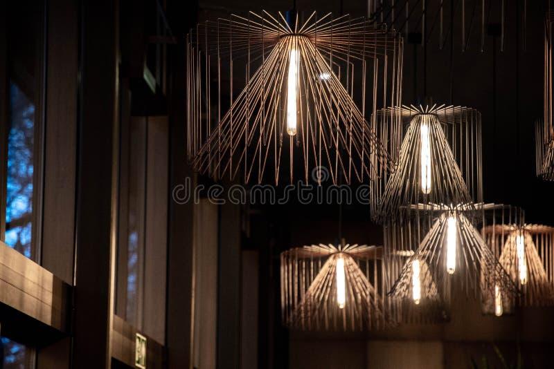 Lámparas del alambre de cobre en ventanas cercanas interiores libre illustration
