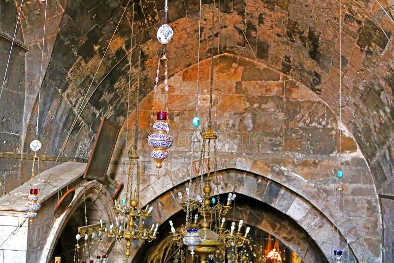 Lámparas en la iglesia del sepulcro de St Mary de la tumba también de la Virgen en Kidron Valley en el pie del monte de los Olivo fotos de archivo libres de regalías