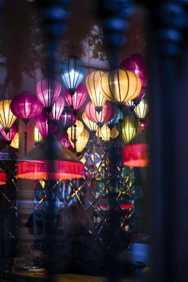 Lámparas, linternas coloreadas dentro de un pub foto de archivo libre de regalías