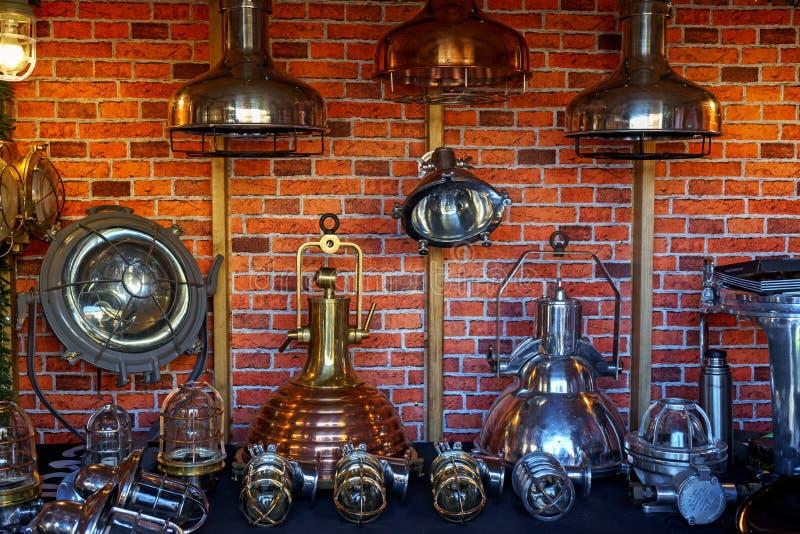 Lámparas pasadas de moda del estilo retro en la exhibición del mercado del artesano imágenes de archivo libres de regalías