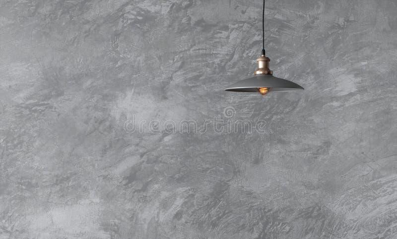 Lámparas pendientes en estilo del desván contra la pared áspera imágenes de archivo libres de regalías