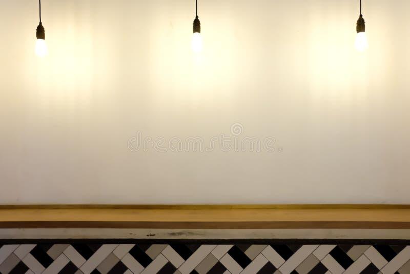 Lámparas que cuelgan abajo en la pared blanca imagen de archivo