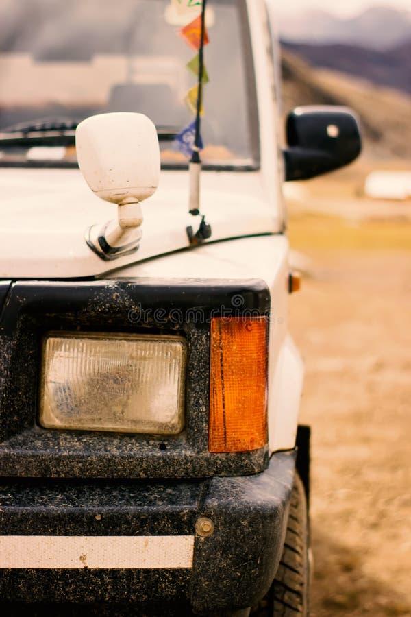 Lámparas sucias del coche después de un viaje a través de las montañas imagenes de archivo