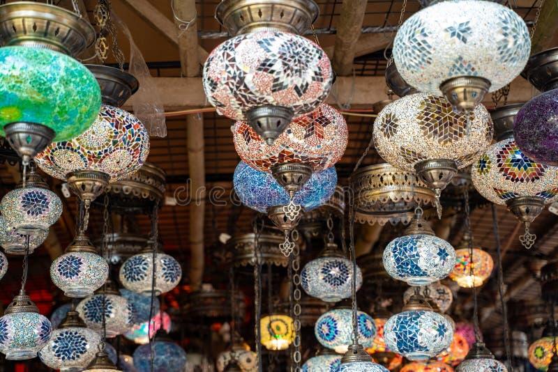 Lámparas tradicionales turcas a la venta en la orilla de Surajkund en Faridabad, India imagen de archivo