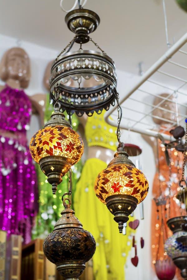 Lámparas turcas para la venta en el bazar magnífico imagen de archivo libre de regalías
