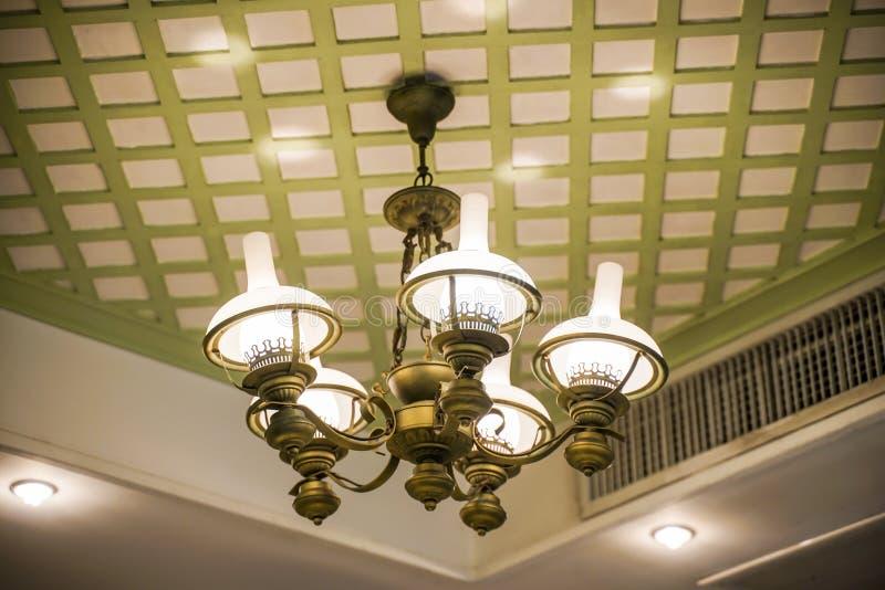 Lámparas viejas con la estructura de cristal en techo en salón de baile imagenes de archivo