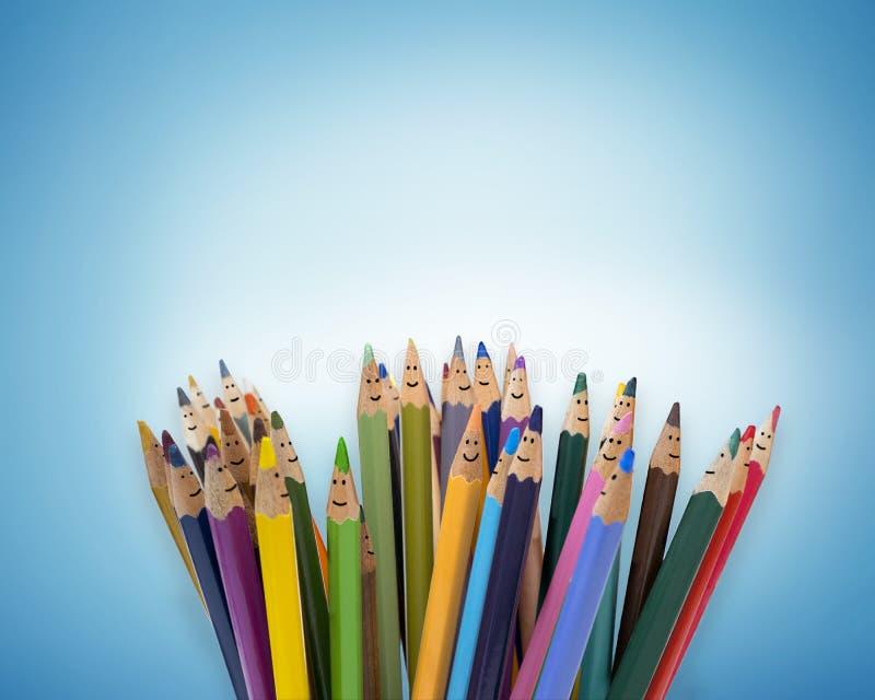 Lápices coloreados como caras de niños sonrientes Grupo de ni?os felices Concepto de niños de la amistad y de la comunicación kin foto de archivo libre de regalías