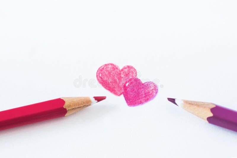 Lápices coloreados en un fondo blanco con el espacio para el texto foto de archivo