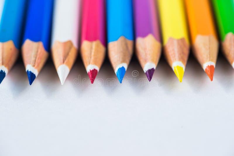 Lápices coloreados en un fondo en colores pastel a un punto con el espacio para el texto imagen de archivo libre de regalías