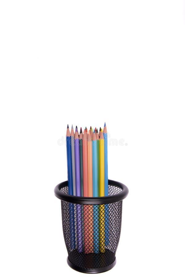 Lápices coloreados en una caja de lápiz en el fondo blanco fotografía de archivo