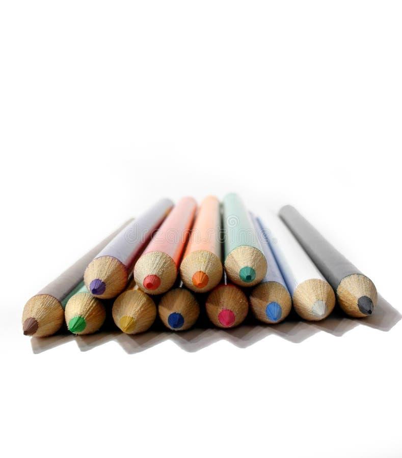 Lápices coloreados sobre blanco fotos de archivo