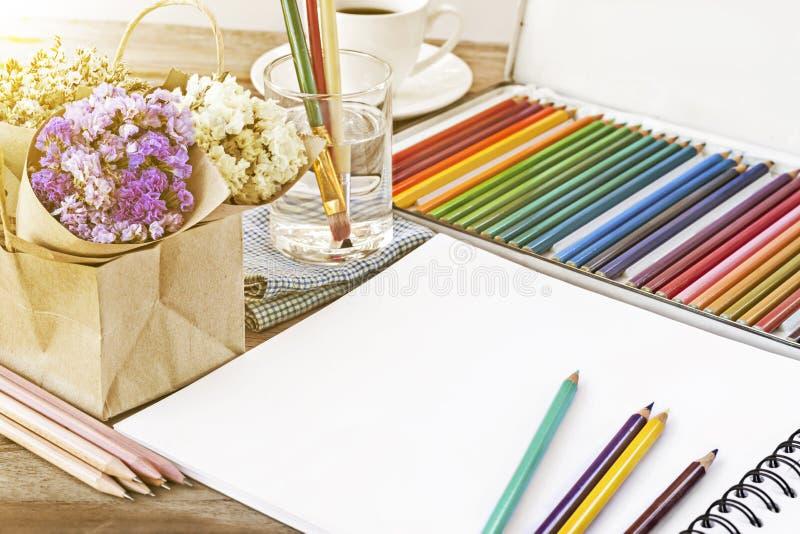 Lápices Coloridos Del Color Para El Dibujo Del Arte Cuaderno De Las ...