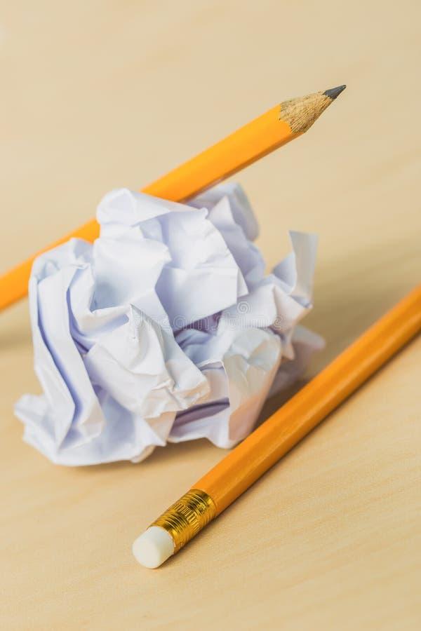 Lápices con un pedazo de papel arrugado fotografía de archivo libre de regalías