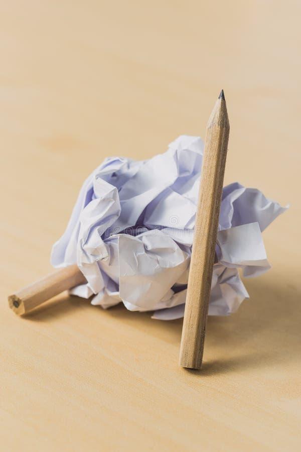 Lápices con un pedazo de papel arrugado fotografía de archivo
