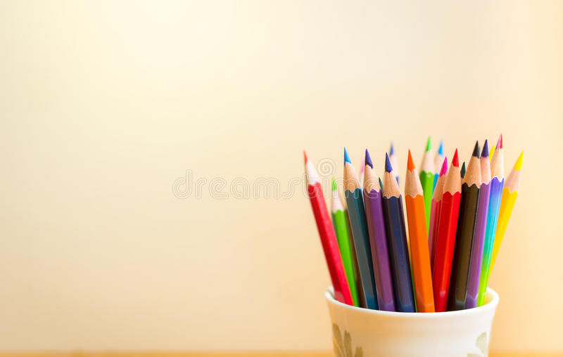 Lápices del color con el fondo claro fotografía de archivo