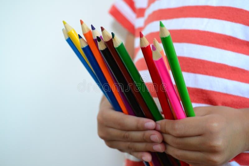Lápices del color del control del niño pequeño fotografía de archivo libre de regalías
