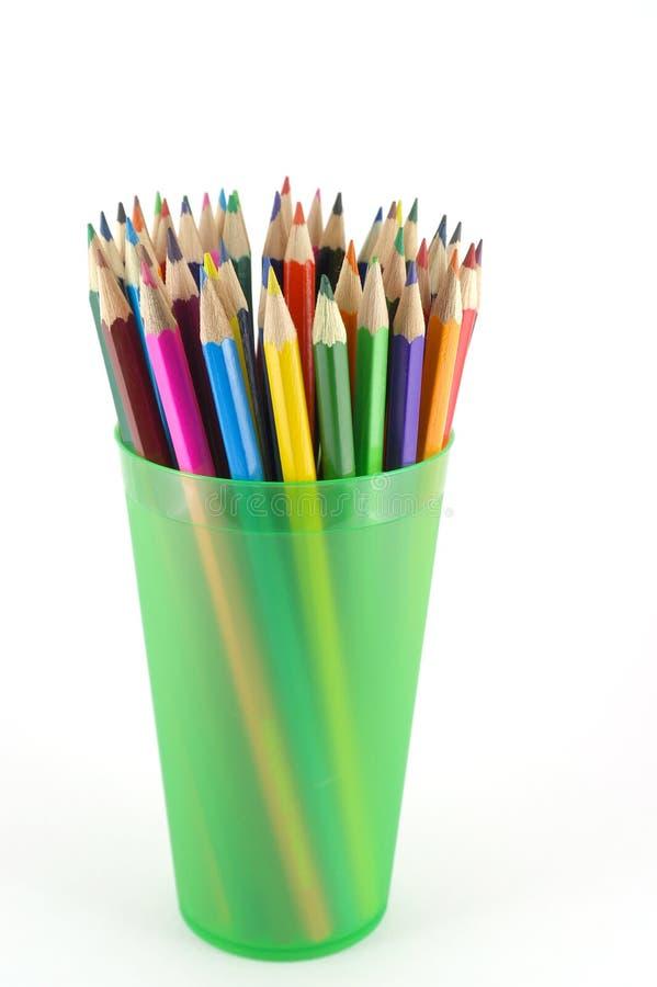 Lápices Del Color En El Apoyo Verde Foto de archivo libre de regalías