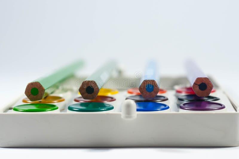 Lápices del color en sistema colorido de la cacerola de la acuarela foto de archivo libre de regalías