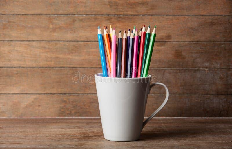 Lápices del color en taza foto de archivo