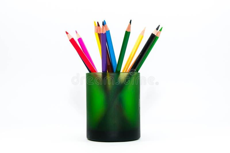 Lápices del color en un cierre verde de la taza encima del tiro fotos de archivo libres de regalías