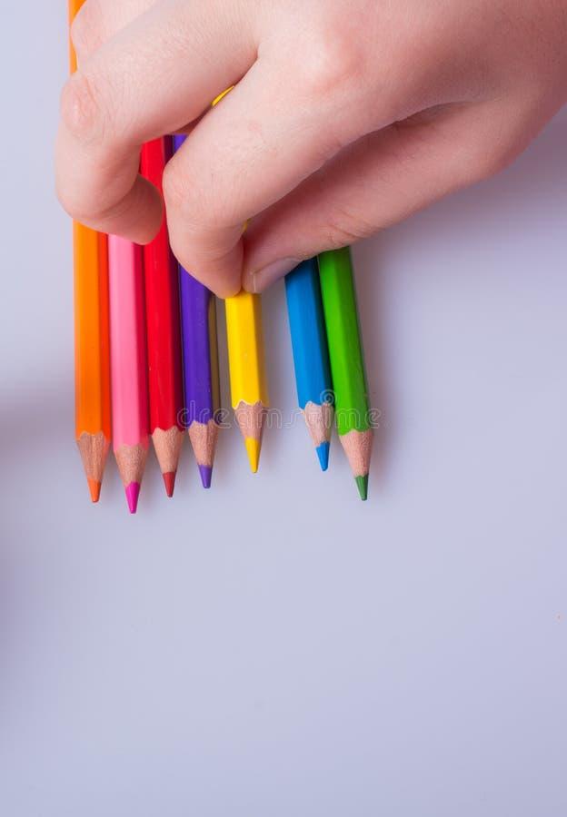 Lápices del color en un fondo blanco fotografía de archivo libre de regalías