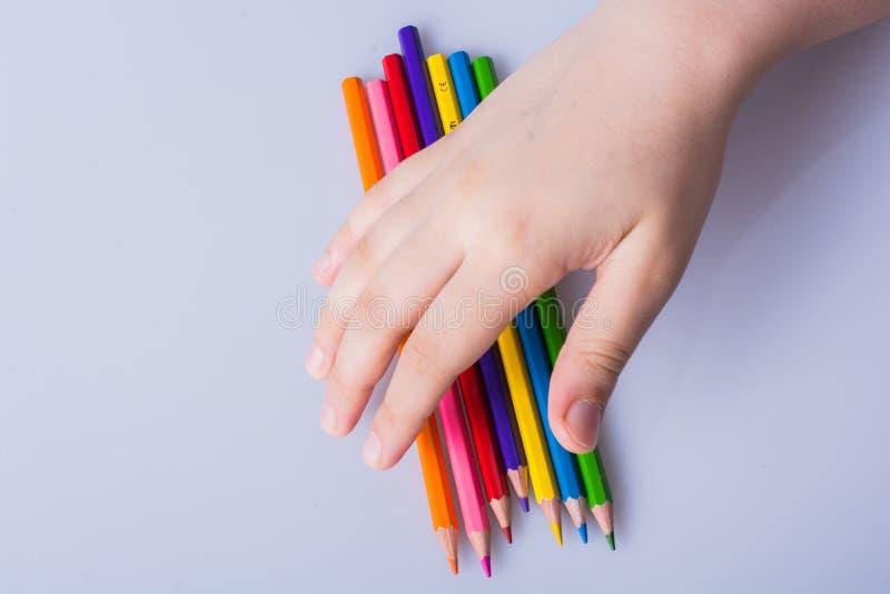 Lápices del color en un fondo blanco imagen de archivo