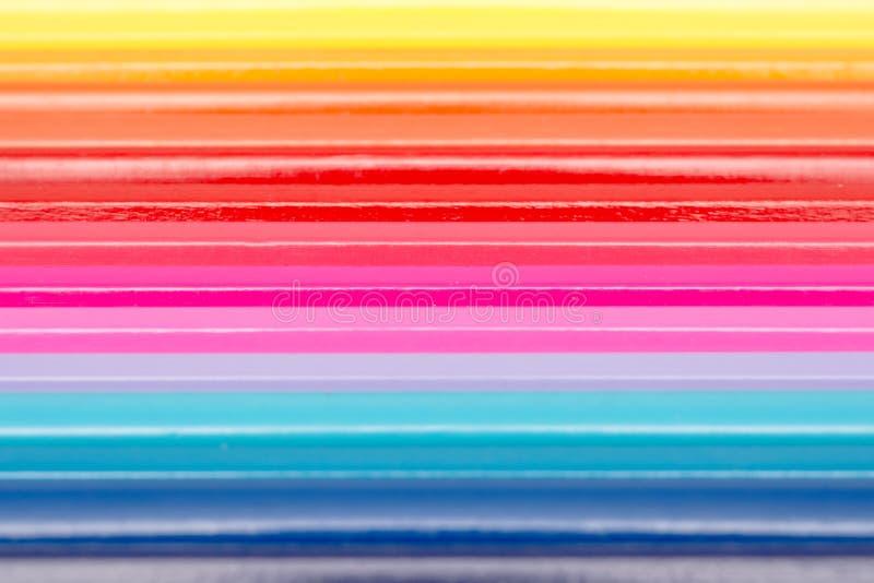 Lápices del colorante dispuestos en línea del arco iris imagen de archivo