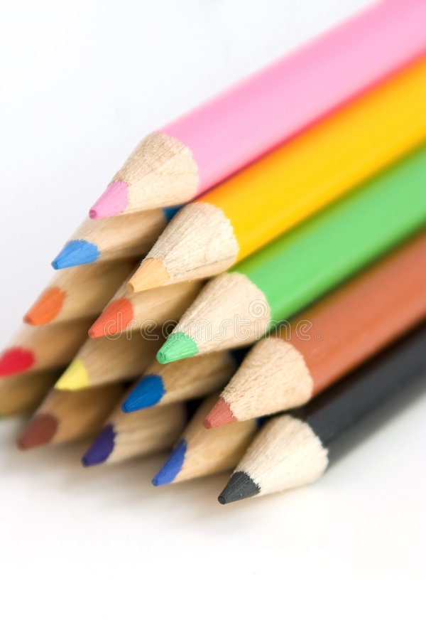 Lápices del colorante en pirámide en ángulo foto de archivo