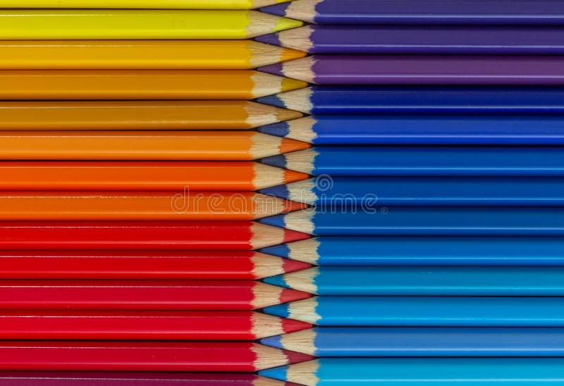 Lápices en colores pastel coloreados en multicolor de la fila en forma de cremallera cerrada imagenes de archivo