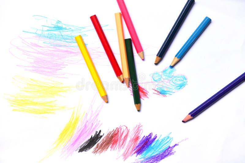 Lápices en concepto de la educación de la pintura del fondo del Libro Blanco - dibujos multicolores del color del creyón de mader foto de archivo