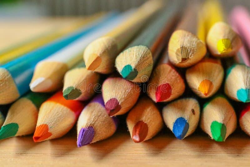 Lápices multicolores en fondo de madera fotos de archivo libres de regalías
