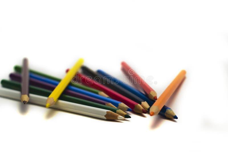 Lápices multicolores para dibujar en un fondo blanco imagen de archivo libre de regalías