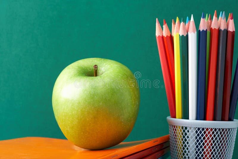 Lápices y manzana coloridos imagen de archivo libre de regalías