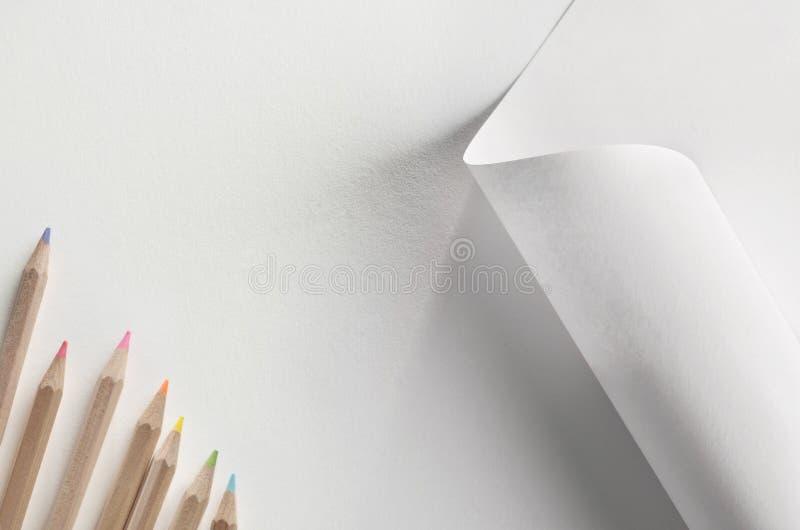 Lápices y papel coloreados imágenes de archivo libres de regalías