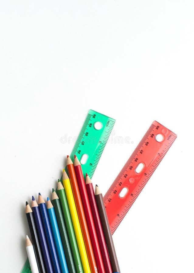 Lápices y reglas coloreados en el fondo blanco fotografía de archivo